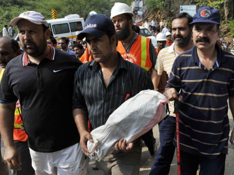 Pakistane sudužusio lėktuvo juodosios dėžės ir nuolaužos
