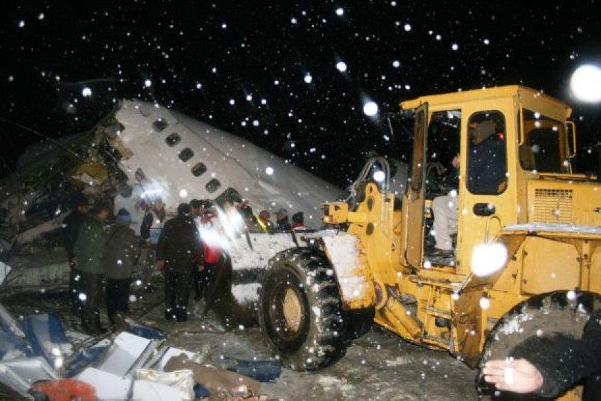 Irane per pūgą sudužo lėktuvas