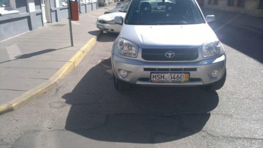 Fotopolicija. Automobiliai prie geltonos linijos Marijampolėje.