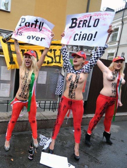 """""""Femen"""" aktyvistės Silvio Berlusconi išlydėjo nuogomis krūtinėmis"""