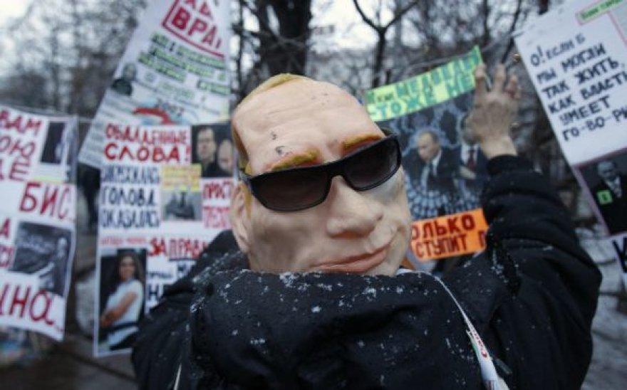 Išradingiausi demonstrantų plakatai ir kaukės