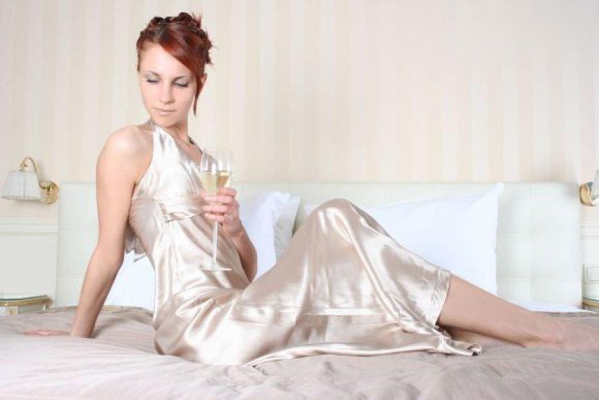 Moteris su vyno taure