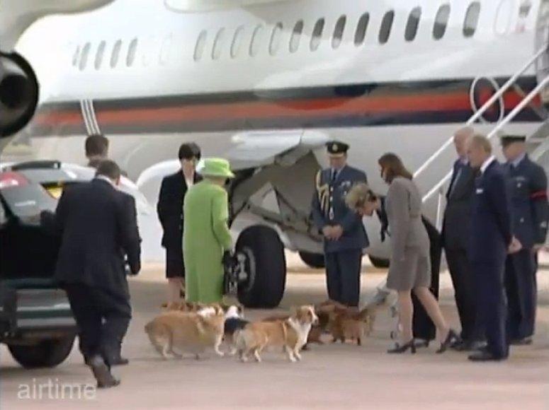 Karalienė Elizabeht II su savo šunimis oro uoste
