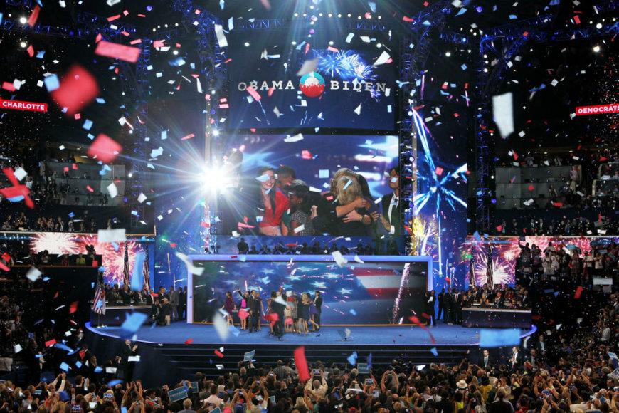 Baracko Obamos ir Mitto Romney susitikimai su šalininkais bei rinkėjais labiau priminė popžvaigždžių šou nei politikos renginius.