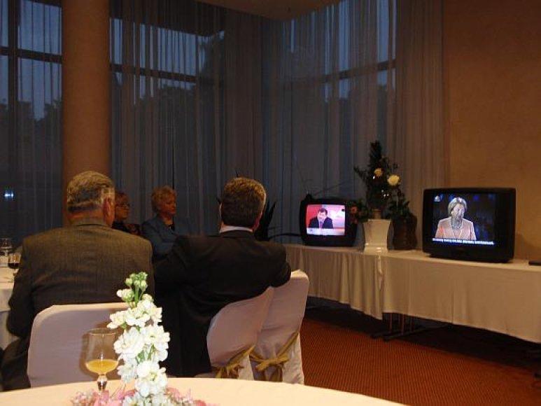 Stebimi iš karto keli televizoriai.