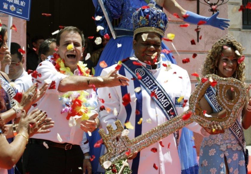 Rio de Žaneiro meras Eduardo Paesas perduoda simbolinį miesto raktą karaliui Momo.