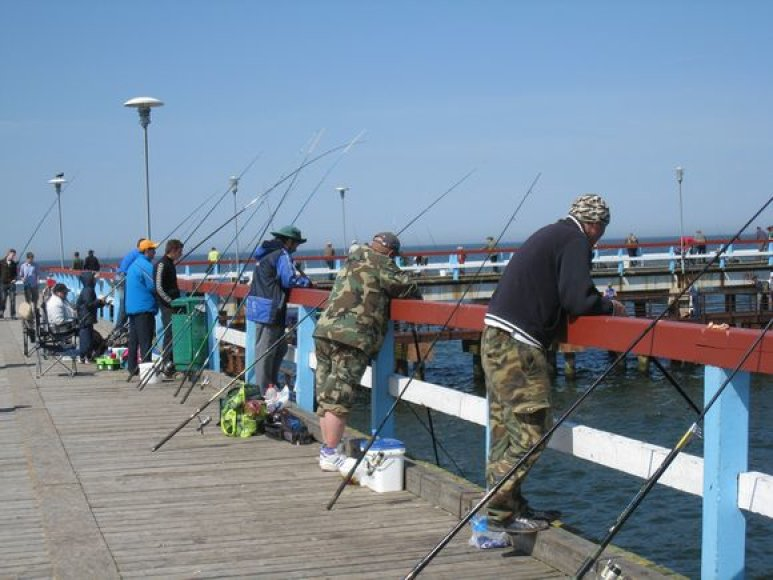 Palangos tiltas šeštadienį lūžo nuo žvejų gausos.