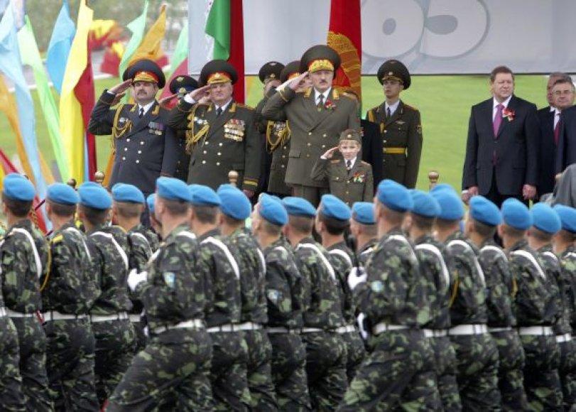 Aleksandras Lukašenka su savo sūnumi Nikolajumi priima Pergalės dienos paradą Minske.