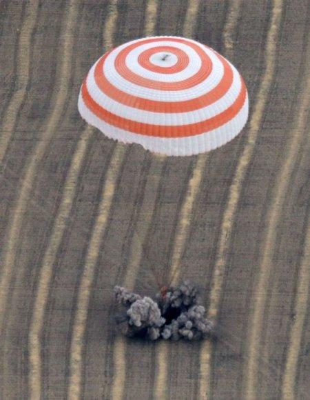 """""""Sojuz TMA-18"""" kapsulė pasiekė Kazachstano stepės paviršių."""