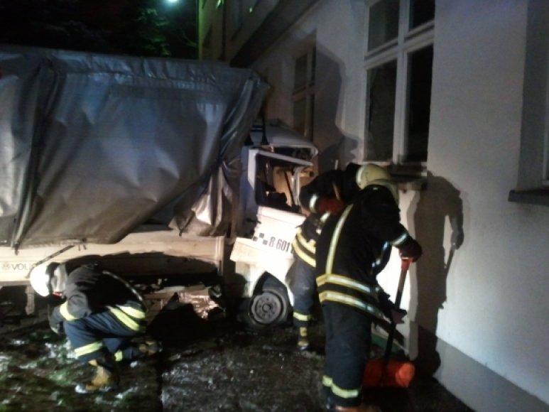 Sunkvežimis rėžėsi į pastato sieną.