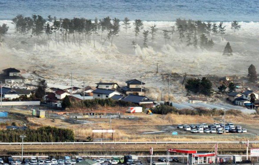 Cunamio banga veržiasi per Natorį.