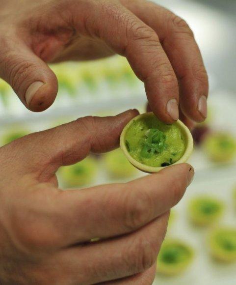 Karališkasis virėjas tikrina pyragėlį su džiovintų svogūnų laiškų ir rėžiukų įdaru.