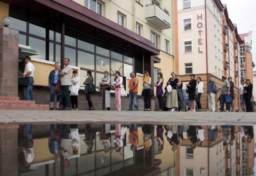 Žmonių eilė prie bankomato Gardine