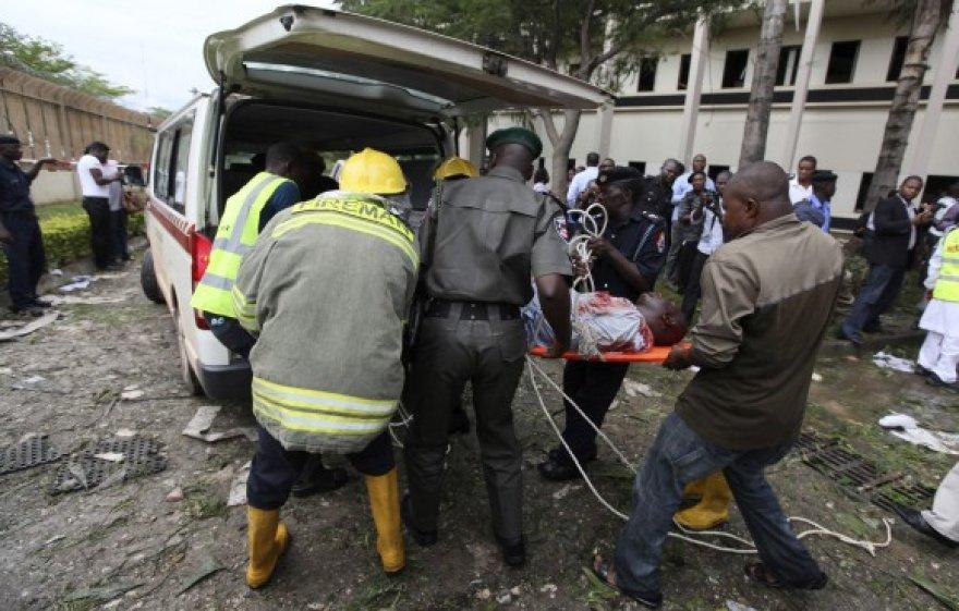 Iš sprogimo vietos išgabenami sužeistieji.