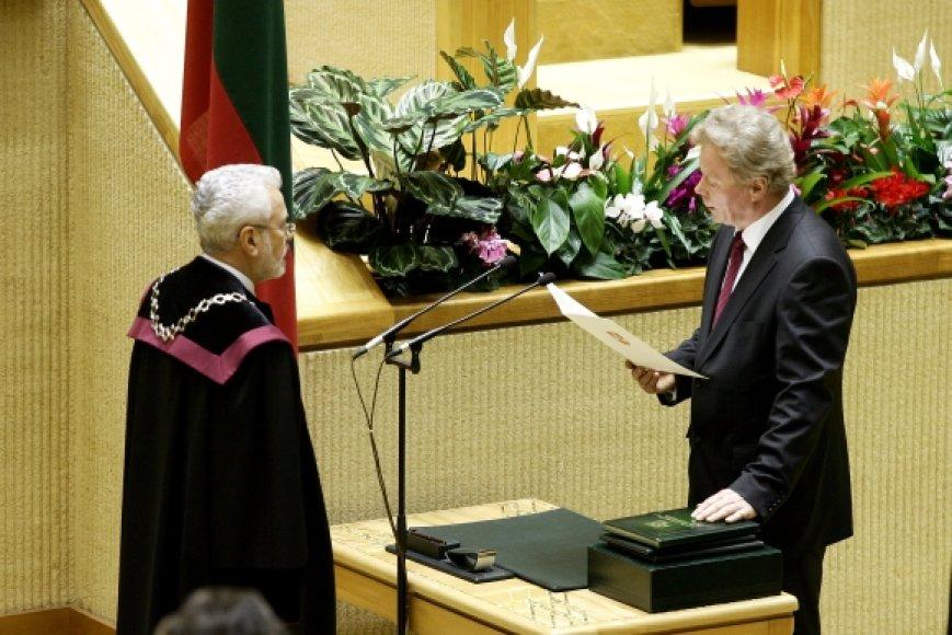 Juozas Palionis duoda Seimo nario priesaiką 2008-aisiais.