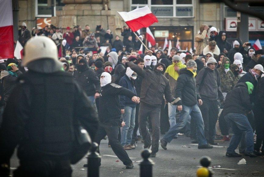 Nacionalistai mėto akmenis.