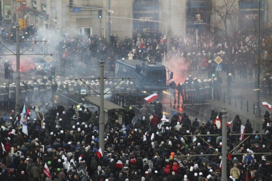 Policija užtvėrė kelią anarchistams.