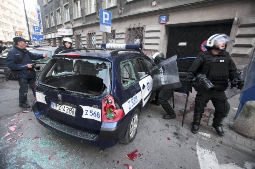 Riaušininkai nuniokojo policijos automobilį.