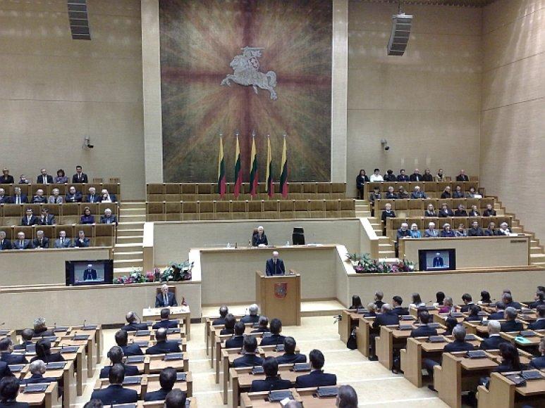 Seimo pirmininkas Arūnas Valinskas iš tribūnos per iškilimingą posėdį kalbėjo apie sumenkusį pilietiškumą.