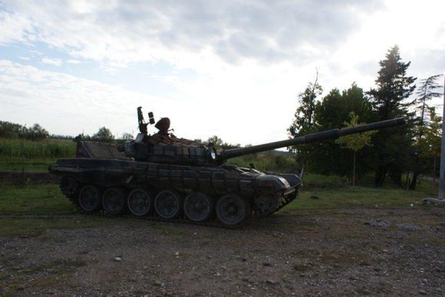 Prie Senaki miesto paliktas rusu kariuomenes tankas.