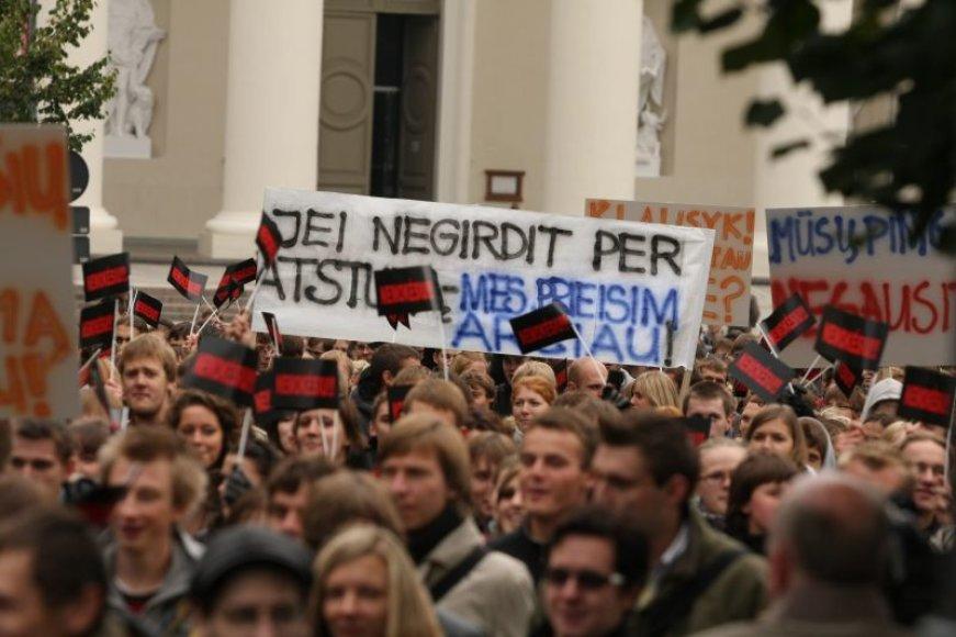 """Vakar prie prezidentūros Vilniuje susirinko tūkstantinė studentų minia, kurie nuolat skandavo """"Nemokėsiu""""."""