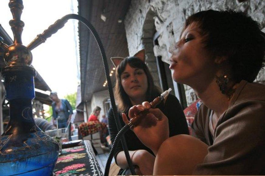 Lietuvoje rūkyti atvirose viešose vietose leidžiama.