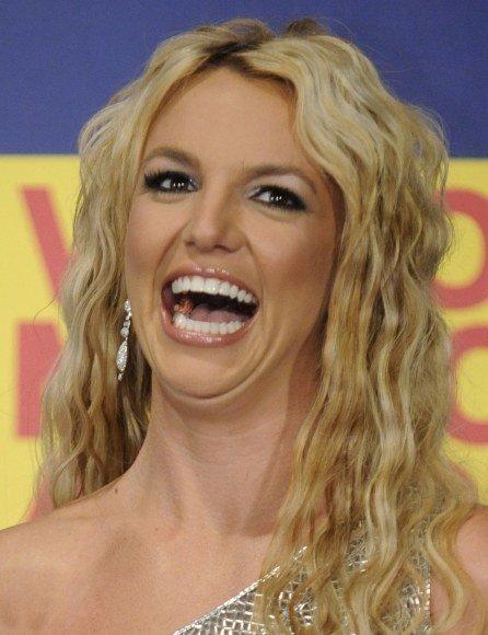 Grupė vaikinų panoro aplenkti Britney Spears.