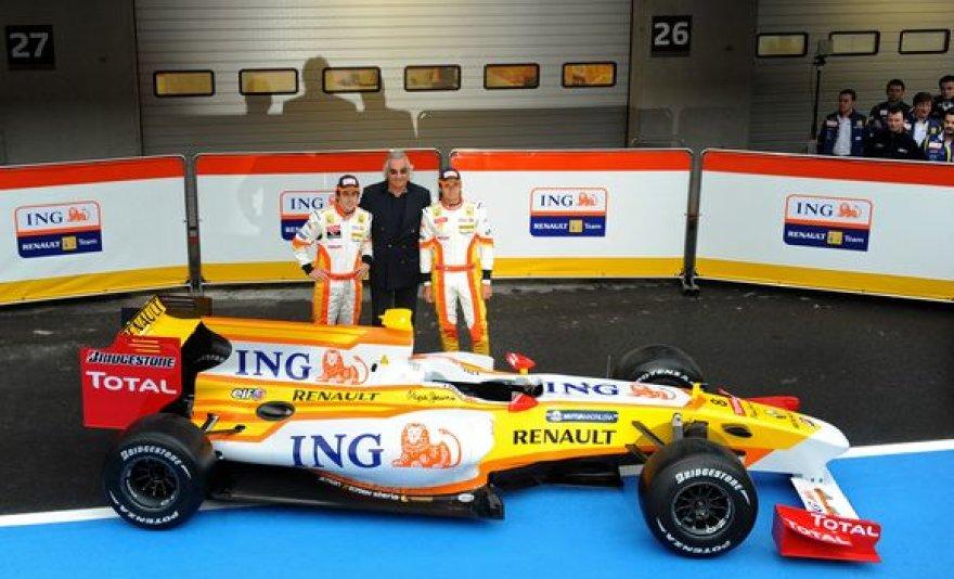 """""""Renault"""" bosas Flavio Briatore su abiem pilotais pristato naująjį R29 bolidą."""