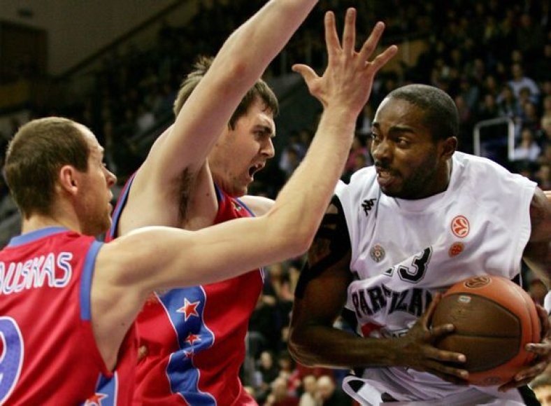 CSKA surakino varžovus gynybos gniaužtuose.