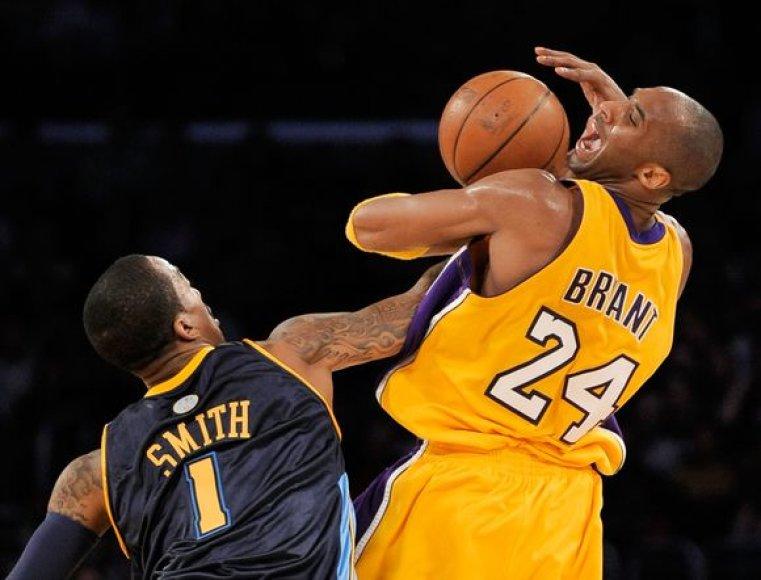 Kova dėl kiekvieno kamuolio – J.R.Smithas ir J.Bryantas.