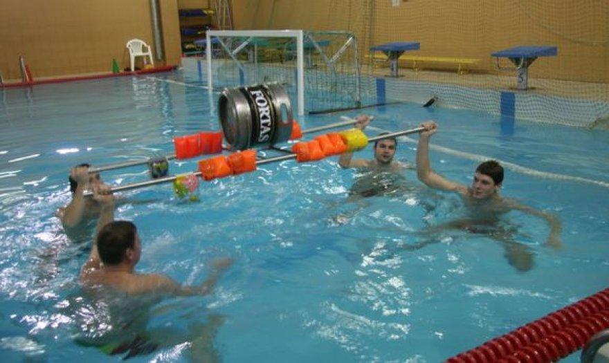 Vandensvydininkams pavyko pasiekti neoficialų šalies rekordą keliant ir laikant statinę virš vandens