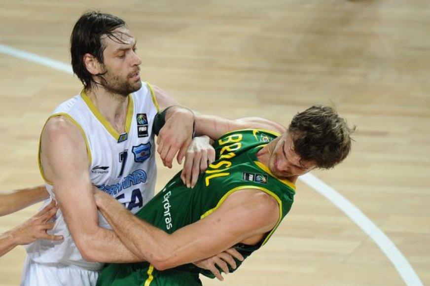 F.Oberto (kairėje) nevengia kietos fizinės kovos