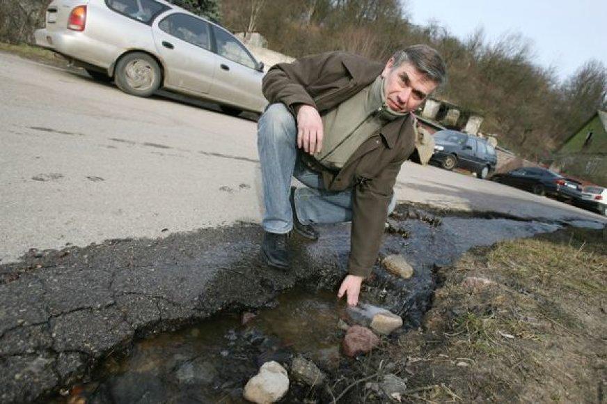 Nuo šlaito srūvantis vanduo išgraužė L.Ivinskio gatvės dangą.