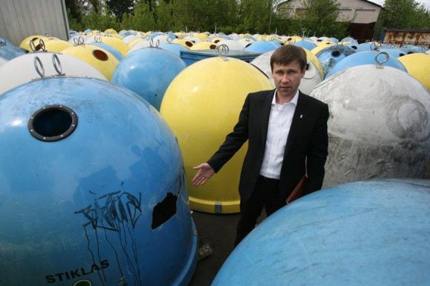 """""""Švaraus miesto"""" direktorius R.Notkus pasakojo, kad iš Žirmūnų surinktus konteinerius ketinama sustatyti kitose bendrovės aptarnaujamose – """"Rasų valdos"""" ir atskirų bendrijų – teritorijose."""