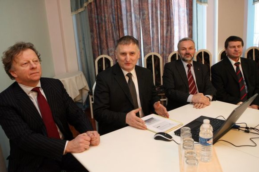 """""""Kauno energijos"""" vadovas R.Bakas (antras iš kairės) prognozuoja, jog šių metų pabaigoje kauniečius pasiekiančios sąskaitos už šildymą gali sumažėti aštuntadaliu."""