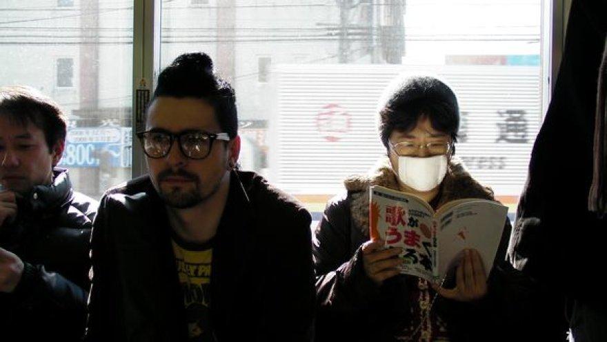 Hokšila buvo sužavėtas japonų draugiškumo ir organizuotumo. Tokijuje jis bendradarbiauja su vietos menininkais.
