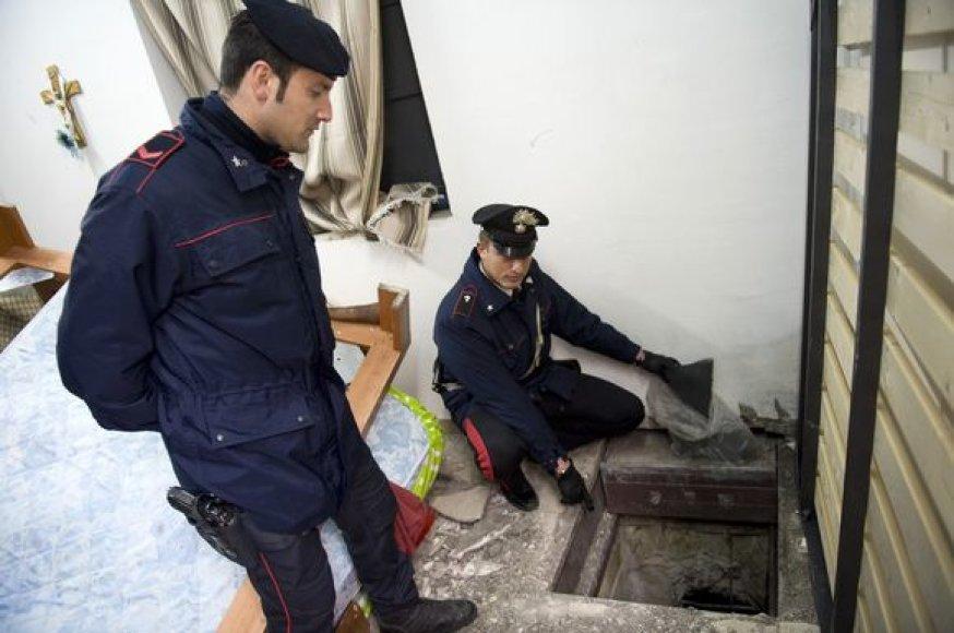 Policija rodo tunelį, per kurį pabėgo mafijos bosas.