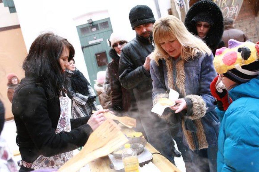 Klaipėdiečiai Etnokultūros centre tradiciškai vaišinti blynais. (2009-02-22)