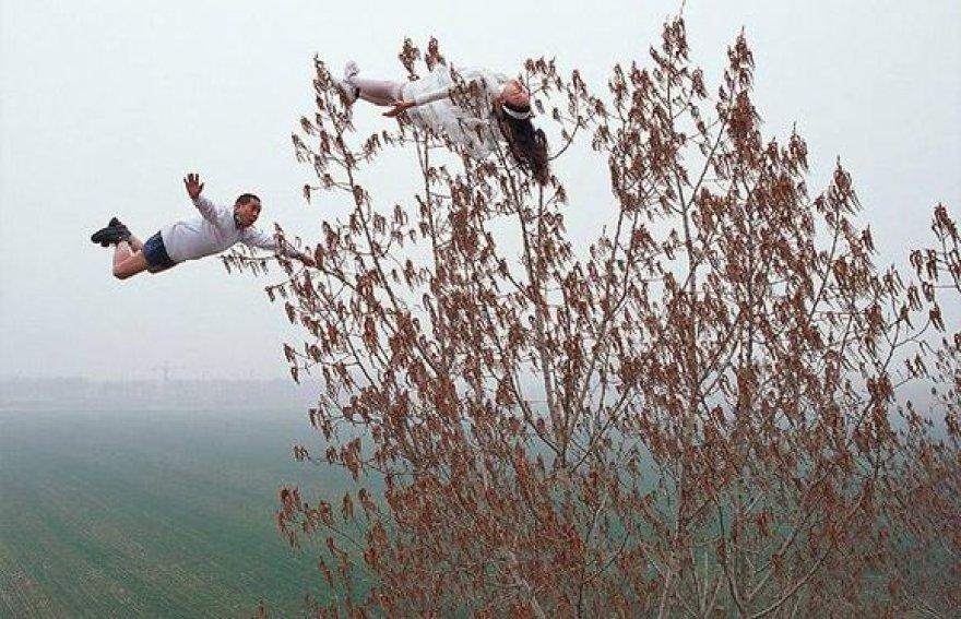Daugumoje nuotraukų Li Wei yra vaizduojamas realiame gyvenime neįmanomose situacijose įvairiose Kinijos ir Hong Kongo vietose.