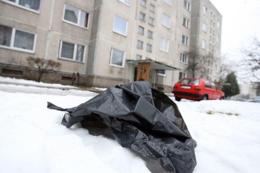 Žmogžudystės vietą ketvirtadienį žymėjo ant sniego likę kraujo pėdsakai ir kriminalistų naudojamo maišo skiautės.