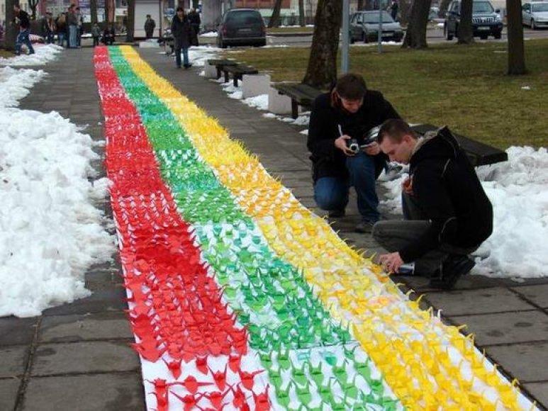 Ukmergėje pasiektas naujas, didžiausios Lietuvos vėliavos aplikacijos, rekordas. (2009-03-11)