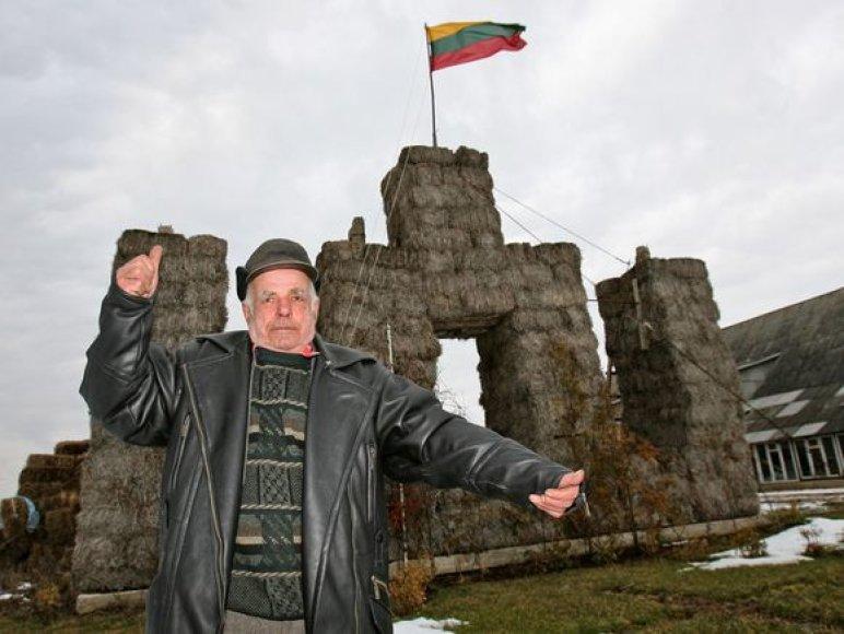 A.Tamulio sodybos puošmena – Gedimino stulpai, matosi važiuojant automagistrale Kaunas – Klaipėda.