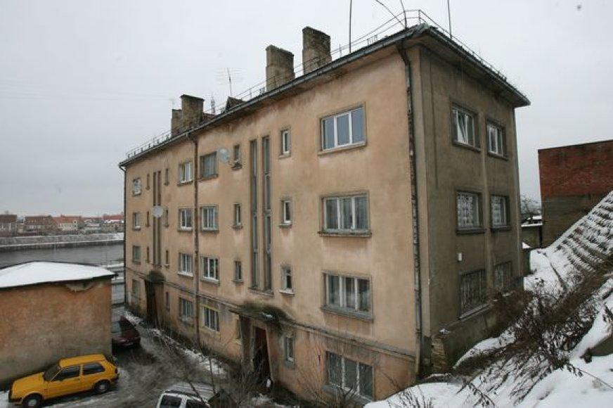 Aleksote  esančiame daugiabutyje greta gyvena narkotikų platinimu įtariami romų tautybės asmenys ir dukters išnaudojimu pornografiniams tikslams kaltinami sutuoktiniai.