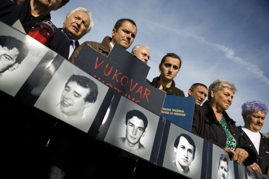 Giminės ir artimieji laiko 1991 metais nužudytų žmonių nuotraukas.