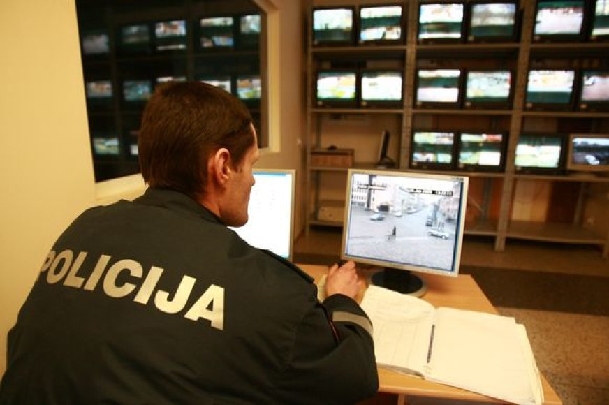 Tamsa gatvėse apsunkina ir pareigūnų, fiksuojančių stebėjimo kamerų perduodamus vaizdus, darbą.