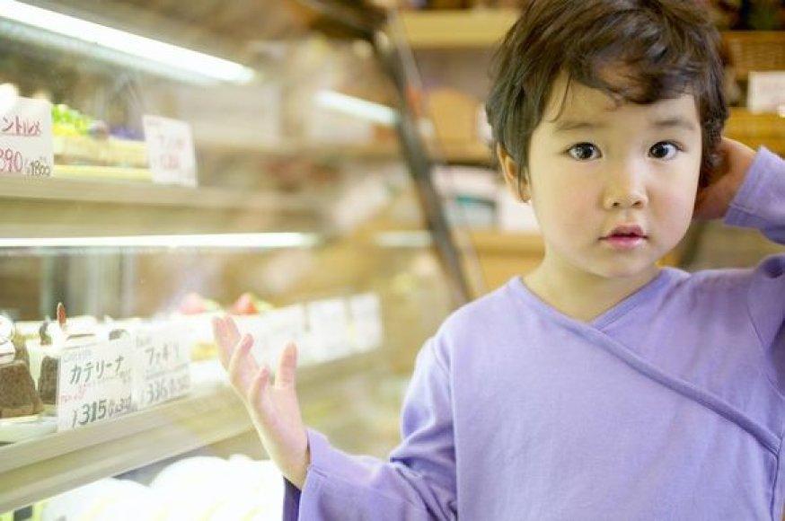 Vaikai saldumynų dažniausiai prašo tėvelių.