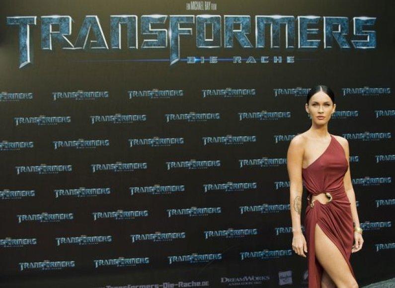 Aktorė Megan Fox nepraleidžia progos parodyti savo kojas.