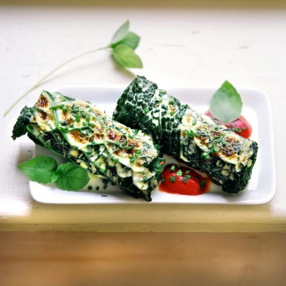 Kopūstų ir daržovių lietiniai su aštria pomidorų tyre
