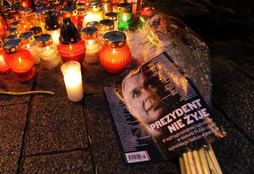 Dešimtys tūkstančių sukrėstų lenkų šeštadienį vakare gėlėmis ir žvakėmis nuklojo pagrindinę Varšuvos aikštę.