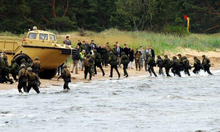 JAV jūrų pėstininkai tobulina desanto išsilaipinimo veiksmus Estijos pakrantėje.
